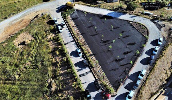 Zona ajardinada, bancos y parking en Vitalia